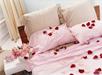 Rosenblad i rummet / sängen